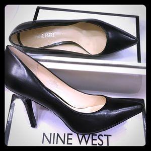 """Nine West """"Shimmer"""" Black Pointed-toe Pump (8.5)"""